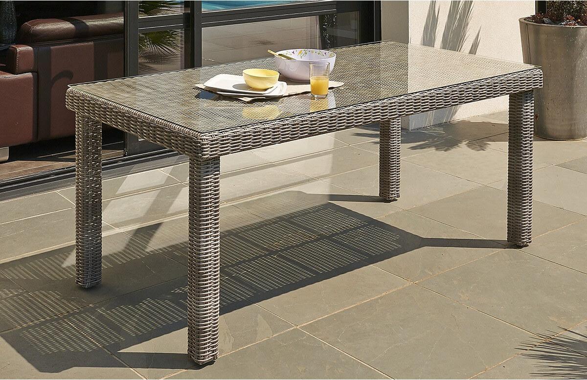 Table en résine tressée et plateau en verre transparent