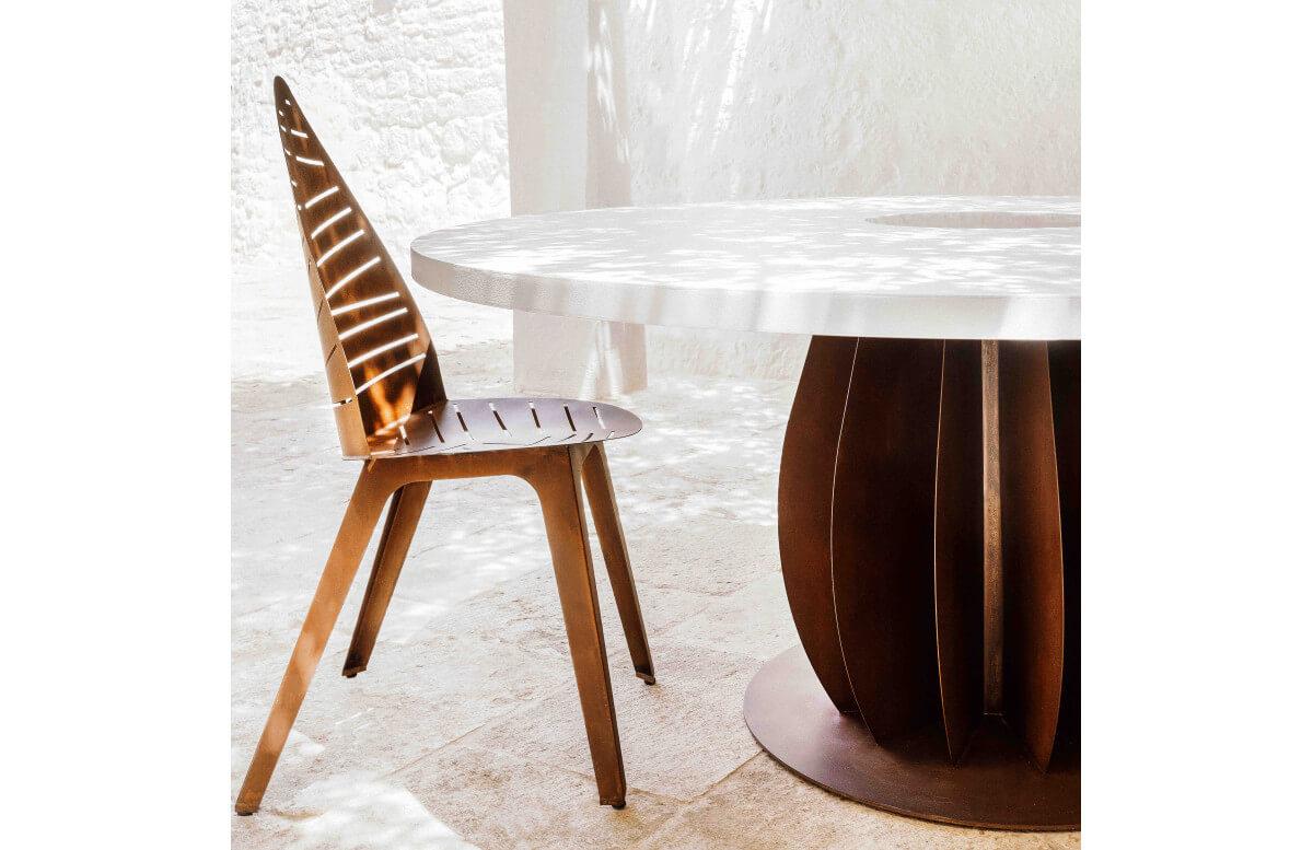 Table de jardin ronde en corten bruni et plateau en acier laqué et verre trempé IRIDE - TrackDesign par Alessandra Savio